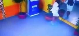 ВИДЕО: Вижте как тази натокана дама се преби като куче, докато говореше по телефона