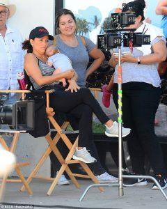 Ева Лонгория и бебето заедно на работа СНИМКИ