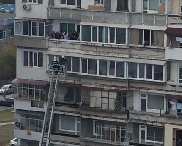 Любов! Младоженец отмъкна булката с пожарникарска стълба от 6-ия етаж (СНИМКА)