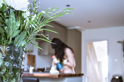 Млада чистачка разказа как почиства домовете напълно гола (СНИМКИ/ВИДЕО 18+)