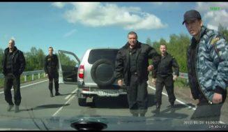 ВИДЕО: Те тръгнаха да го бият, но не знаеха кой е вътре в колата!